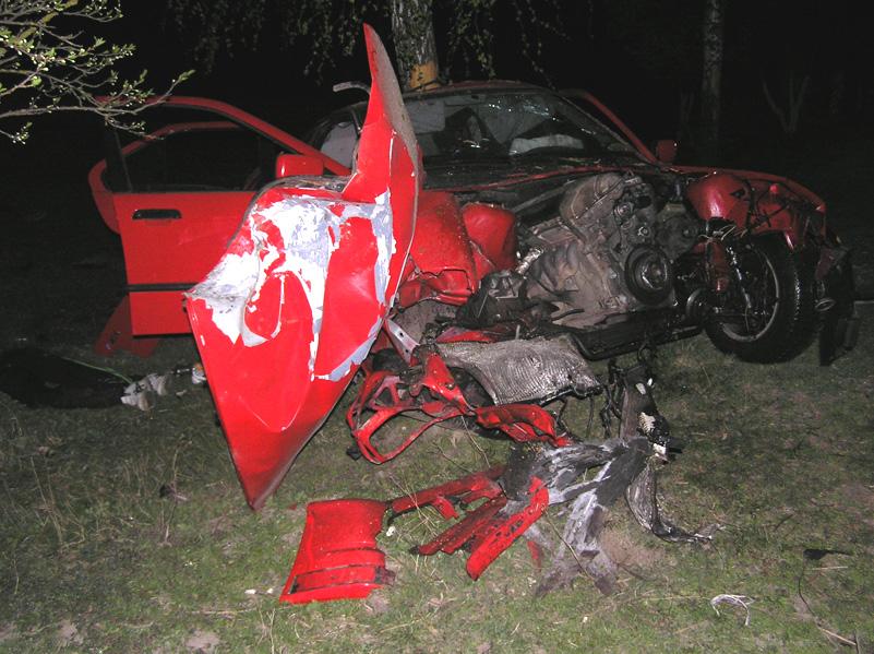 BMW протаранил дерево, один погибший и четверо пострадавших